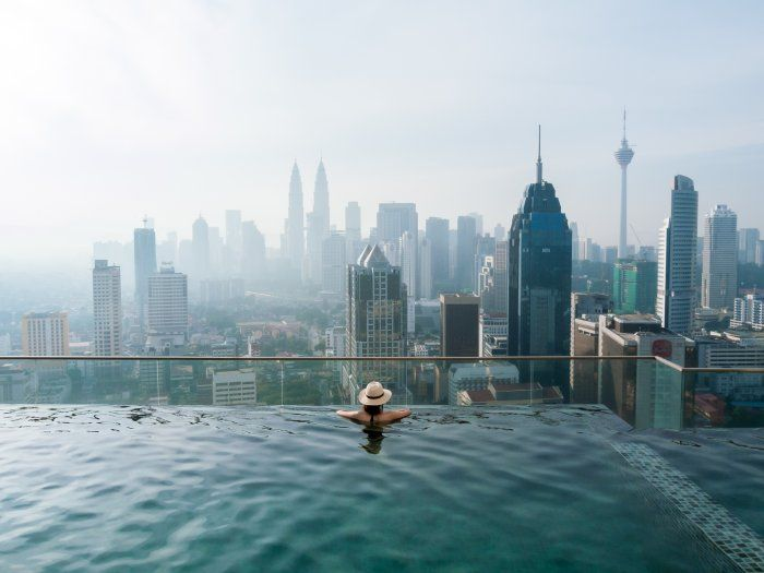 Piscine avec vue sur la skyline de Kuala Lumpur, Malaisie