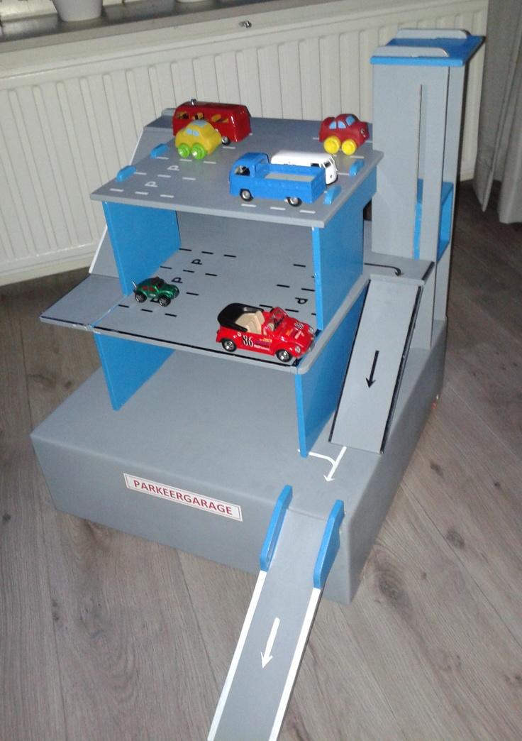 Opvouwbare speelgoed garage. gemaakt van 9mm. multiplex. Op te vouwen in bodem (kist)