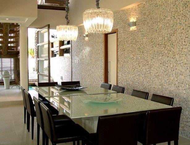 parte-da-ala-social-o-espaco-de-jantar-17-m-criado-pela-arquiteta-flavia-ralston-tem-pe-direito-duplo-e-parede-revestida-de-mosaico-portugue...