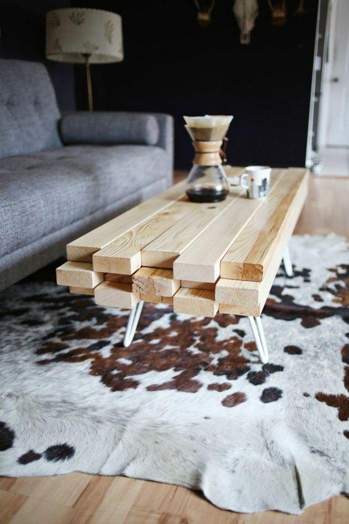 table basse en bois de salon, canapé gris, lampe de lecture décorative, tapis en peau de vache