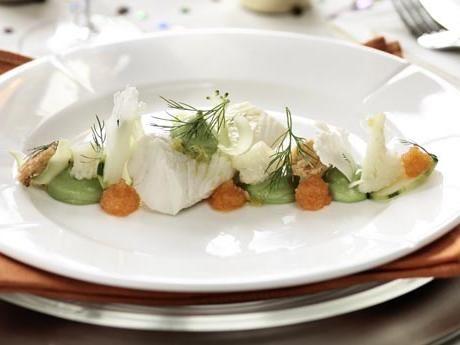 Inkokt torsk med broccolicrème, blomkålssallad, krutonger och löjrom Receptbild - Allt om Mat