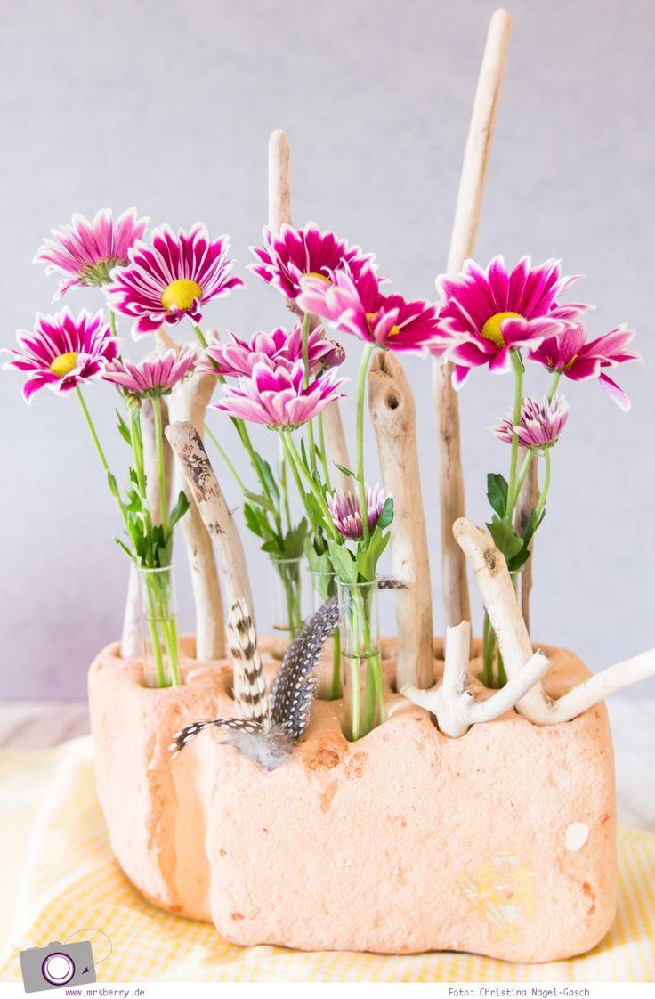 Frühlings-Deko selbermachen   frische Blumen & Pflanzen bringen Farbe ins Zuhause. DIY Vase aus Treibgut und Beach Fundstücken.