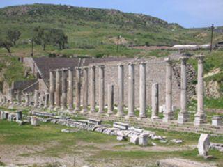 BERGAMA'DAKİ TARİHİ YERLER Heroon: Akropol çıkışında, büyük ana girişe gelmeden solda görülen kalıntıların Pergamon krallarından I. Attalos ve II. Eumenes'e ithaf edilen, onları tanrılaştıran Heroon olduğu anlaşılmıştır. Bu yapıda Bergama Krallığı'nın kültü kutlanmaktadır. Bu tür yapılar İskender'in ölümünden sonra Helenistik krallıklarda yaygın biçimde kullanılmıştır. Ancak Pergamon kralları diğer Helenistik krallarda olduğu gibi yaşamları boyunca tanrılaştırılmamıştır. …