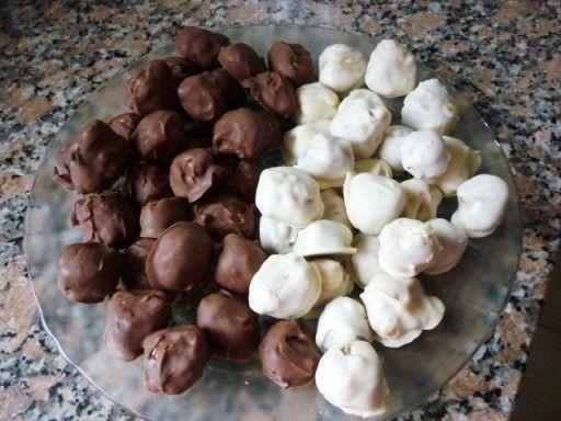 Домашние конфеты в шоколаде: http://hap.dobrypovar.ru/kulinariya/deserty-i-sladosti/domashnie-konfetyi-v-shokolade/ Простейший рецепт и великолепный вкус этого лакомства с кунжутом и кокосом покоряют и детей, и взрослых.