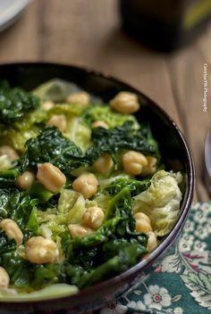 Desiderate un piatto nutriente  ma allo stesso tempo light ?  La ricetta di oggi : cavolo verza con i ceci è perfetta, il  cavolo verza ...