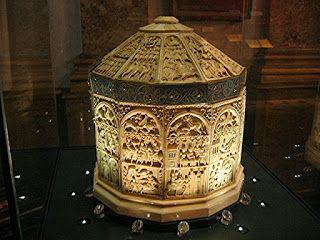 La Sainte Châsse est un coffret byzantin à 12 pans coiffé d'un toit.  Les panneaux historiés représentent des scènes de l'histoire de David et Joseph. Il date du XIIe siècle. Ce coffret, d'une taille exceptionnelle, est l'une des plus grandes pièces d'ivoire connues au monde. Musée de Beaux-Arts de Sens. Yonne.