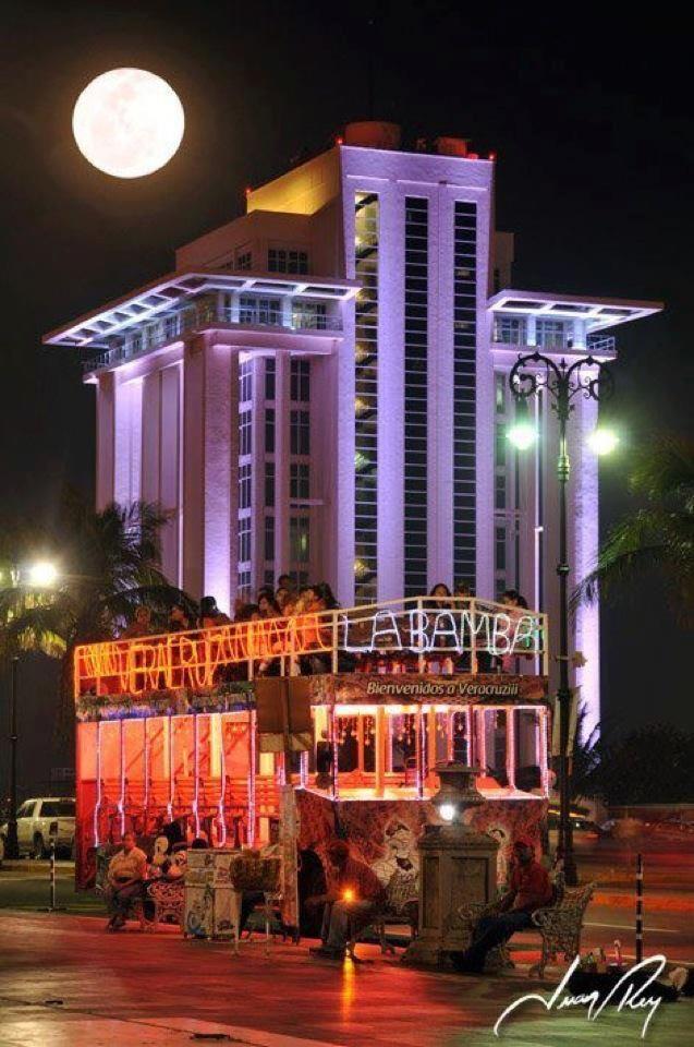 Malecon del Puerto de Veracruz al fondo Torre de Pemex