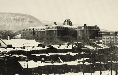 Le Collège Mont-Saint-Louis, rue Sherbrooke. (1945)