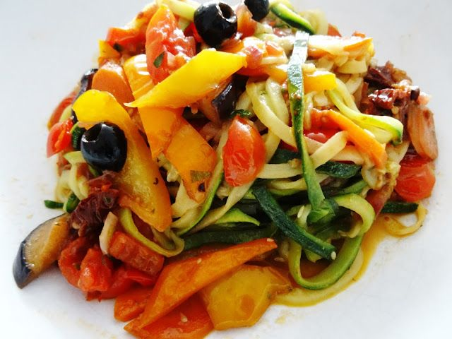 Vegan, low-carb und richtig lecker: Zucchini-Nudeln mit scharfem Gemüse