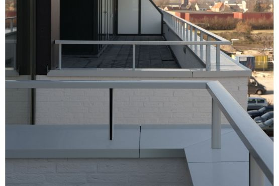 Roval   Specialist in aluminium bouwproducten voor dak & gevel leverde en monteerde voor het appartementencomplex De Molière Kaatsheuvel: Aluminium Roval-Baluster® (rechte handrail). Dit systeem werd naadloos gemonteerd op de aluminium muurafdekker Roval type B (beide gemoffeld in RAL 7035)