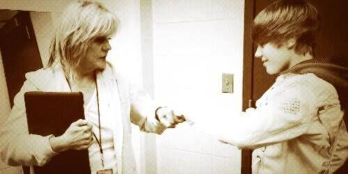 """Mama Jan vía twitter: """"Choque de puños!""""  Mama Jan Aún recuerda el 2009 ♥ I miss you Mama Jan ♥"""