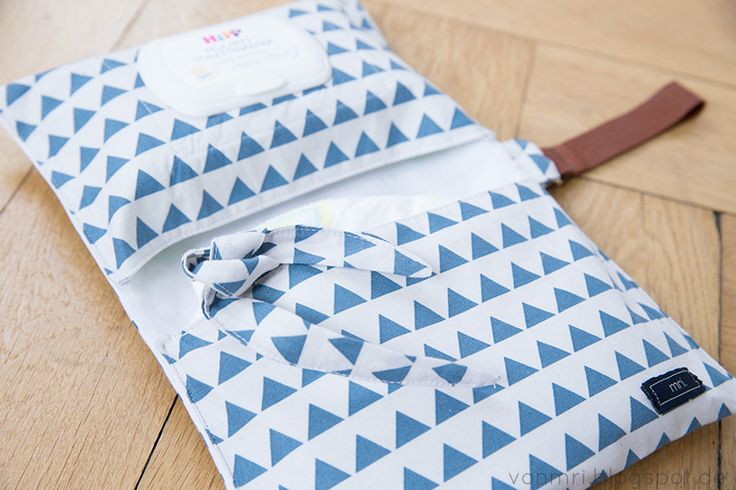 Anleitung und Schnittmuster für eine einfache, aber praktische, genähte Wickeltasche zum Mitnehmen.