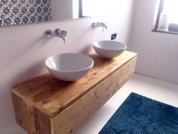Zwevend badkamermeubel van steigerhout met 2 laden, eenvoudig maar mooi...Hier in de afmetingen: b150xd45xh34cm met de ladefrontjes vóór het meubel en daardoor heb je geen greepjes nodig. De lades lopen op ladegeleiders en zijn buitenmaats 30cm hoog; ze worden van 2 planken gemaakt. Van 1 plank is het ongeveer 20cm, ook mooi! In de lades kunnen we desgewenst de uitsparingen voor de sifons maken.