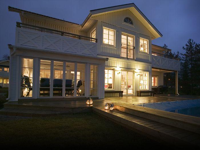 Huset Huvuduskär har öppen planlösning och balkong. Stort och rymligt hus med veranda längs entrén.