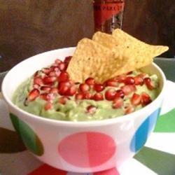 De beste Mexicaanse guacamole  2 rijpe avocado's  2 serrano pepers  3 limoenen   120 gr granaatappelpitjes  zeezout    Doe de avocado, pepers, limoensap en het zoutin een keukenmachine en mix tot een glad geheel. Schep de granaatappelpitjes er voor de helft doorheen en doe de rest er bovenop