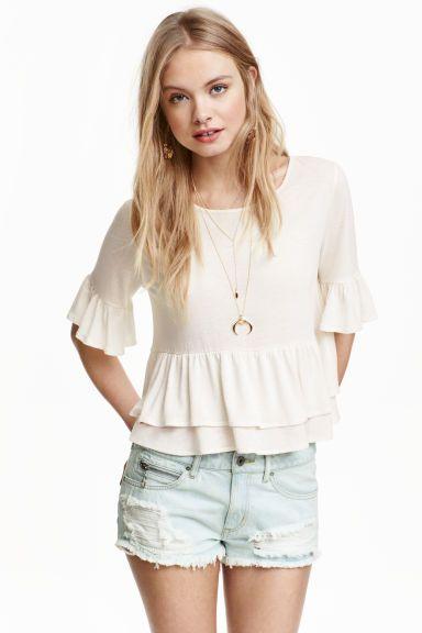 Blusa em mistura de linho: Blusa curta em jersey macio de mistura de viscose e linho. Modelo com mangas a 3/4 com folho na extremidade e folho na base.