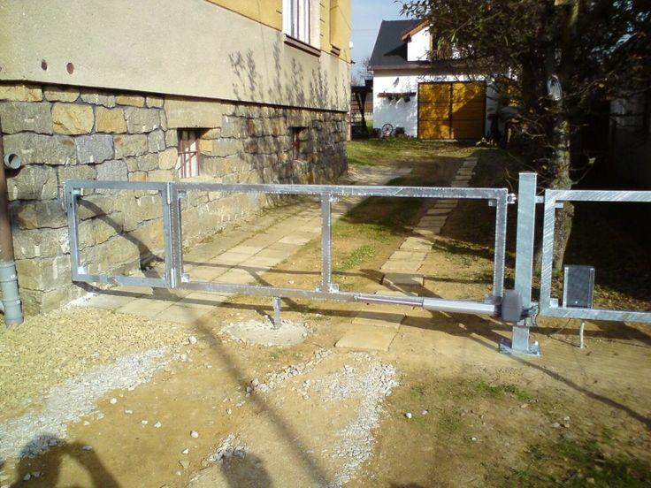 Výsledek obrázku pro Vjezdová brána s vestavěnou křídlovou brankou