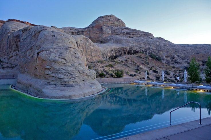 Nie je žiadnym prekvapením, že tento severoamerický rezort je známy pre svoje pozoruhodné lokality. Tie sú koncepčne a geologicky mimoriadne, vďaka najväčšej koncentrácii národných parkov v USA (vrátane Národného parku Grand Canyon a Monument Valley). Pozdĺž Colorado Plateau sa rozprestierajú prastaré pozostatky krajiny, skalné útvary siahajúce až do stoviek miliónov rokov dozadu. Zariadenie obklopuje 2322 metrov štvorcových bazénov s jedným, ktorý je 14 metrov dlhý a obteká okolo obrovského…