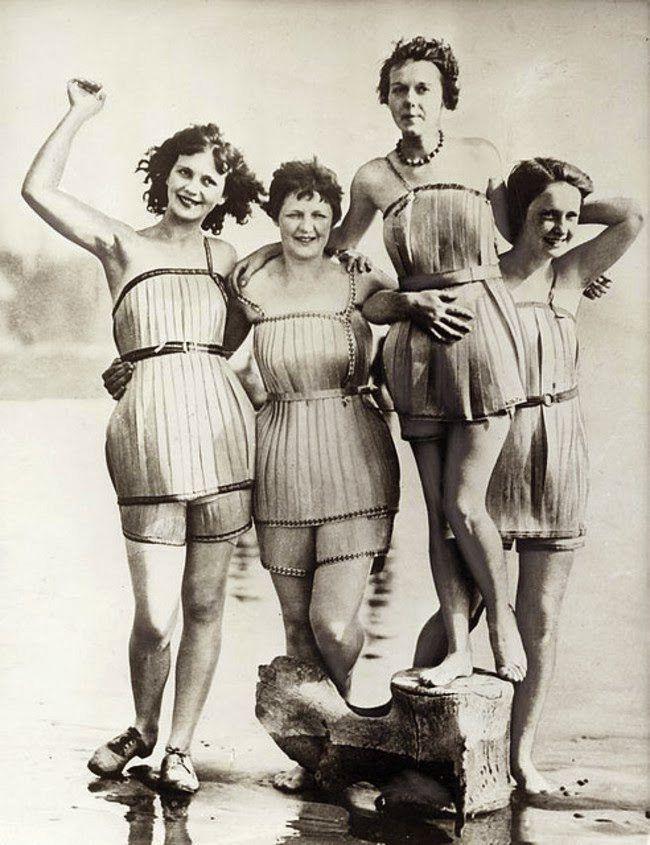 Mulheres dos anos 20, vestindo trajes de banho de madeira.