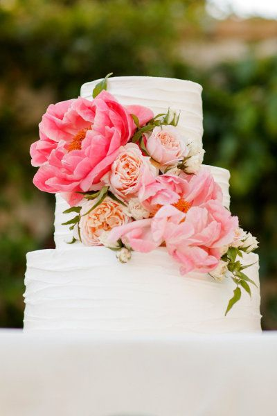A cake brightened up with coral peonies.