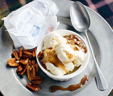 Koka ihop smör, muscovadosocker och grädde till en ljuvlig kolasås smaksatt med pecannötter och flingsalt. Fantastiskt gott i all enkelhet till vaniljglass. För inget går väl upp mot sött och salt ihop! Pecannötterna kan bytas mot salta jordnötter om man så önskar.