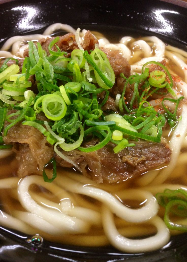 ごぼう天は売切れだったので肉うどんに。 九州のつゆだ。 Udon {noodle} soups can have a variety of additional sides that can make up the soup itself. Meats and fish are usually served up in very small portions while veggies such as scallion/ shallots, radish, cabbage, seaweed, etc make up the larger portions.