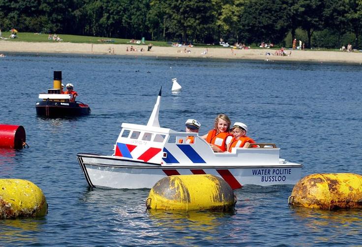 Kinderen vaaravontuur in MiniHaven Schutterspark in Brunssum. Schipper, mogen wij nu zelf eens varen? #uitje #dagjeweg #kinderen #varen