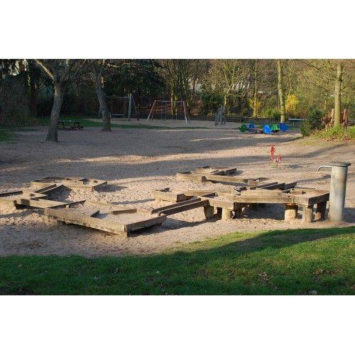 kleiner, aber feiner Spielplatz mit Wasserrinnen zum Spielen + Schaukel, Rutsche, kl. Spielhaus // für Kinder bis ca. 3 Jahre interessant