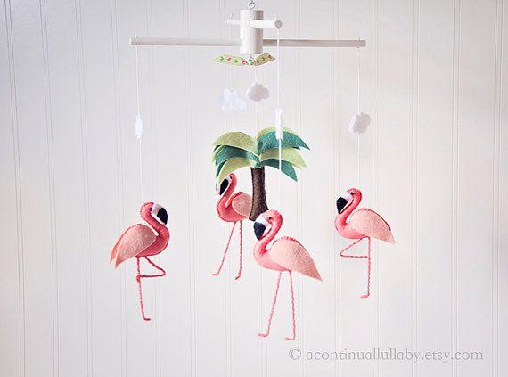Originele prijs: $115 Nu 15% korting Beperkte tijd te koop  * Kleine Flamingo versie De Flamingos van dit mobiele zijn kleiner in vergelijking met de andere flamingo mobiles in de winkel. Deze Flamingos zijn in plaats van 7 duim lang, 5,5 inch groot. Ziet er nog steeds heel mooi!  Deze mobiele beschikt over 4 elegante, gedetailleerde koraal roze flamingos rondom een mooie palmboom op een houten hanger (beschikbaar in natuurlijke hout kleur of wit). De voeten van de Flamingos zijn instelbaar…