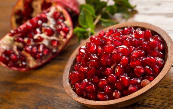 Izgalmas ízű, dekoratív külsejű gyümölcs a gránátalma, mely a szűkös téli hónapokban érdekes alternatíva lehet a vitaminok pótlására. Emellett azonban még jócskán vannak előnyei.
