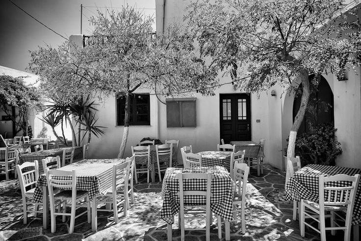 cyclades folegandros restaurant waiting for patrons