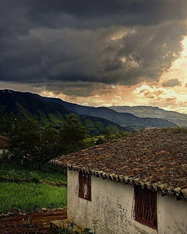 Lloviendo y haciendo sol... Un paseo por #Cabrera en una tarde soleada termino con esta foto antes de empezar el aguacero.  #sunset #clouds #rain #countryside #mountains #landscapephotography #ejvallejphoto