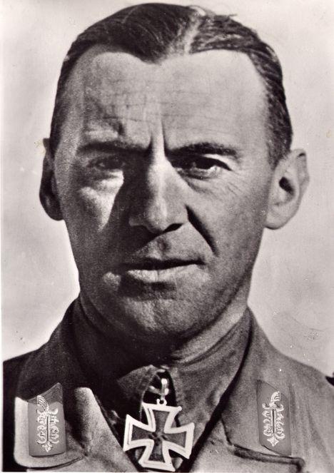 ✠ Fritz Bayerlein (14 January 1899 - 30 January 1970) RK 26.12.1941 Oberstleutnant i.G. Chef d. Gen.St. DAK [258.EL] July 6th, 1943 Generalmajor Deutscher Chef des Stabes 1.Italienisches / Armee Afrika [81. Sw] 20.07.1944 Generalleutnant Kdr Pz.Lehr-Div