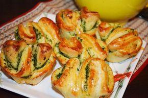 Булочки с чесноком и зеленью по этому рецепту получаются необычайно мягкими, вкусными и душистыми, а их оригинальная форма приятно удивит близких.