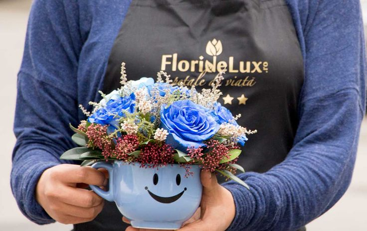 Cana cu trandafiri albastri plini de prospetime, culoare si multe zambete! Doar de la FlorideLux, cea mai buna florarie online din anul 2003, special pentru tine!