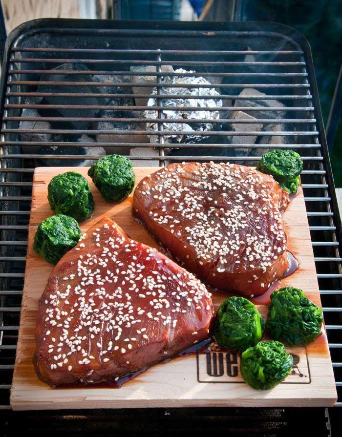 Gerookte tonijn met spinazie op een cederhouten plank. Gerookte spinazie is even wennen maar in combinatie met de tonijn erg lekker.