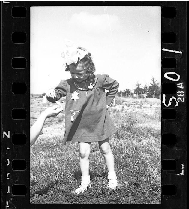 Ross-lodz8-«Ross prit beaucoup de photos d'enfants. On ne sait rien de cette petite fille. C'est une image magnifique, on dirait qu'elle veut encore avoir l'air d'être jolie comme un coeur, avec ce ruban dans les cheveux. Aux premiers temps du ghetto, il existait un lieu pour les enfants, du nom de Marisin, avec écoles et orphelinat. Mais plus tard, les enfants de moins de 10 ans furent considérés comme inaptes au travail et donc inutiles. La plupart furent déportés et exterminés à Chelmno.»