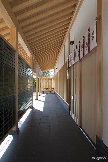 化粧垂木が導く納骨堂へのアプローチ回廊。#和風建築 #日本建築 #寺院建築 #寺院 #納骨堂 #化粧垂木 #額安寺 #アプローチ #設計事務所 #菅野企画設計 #architecture