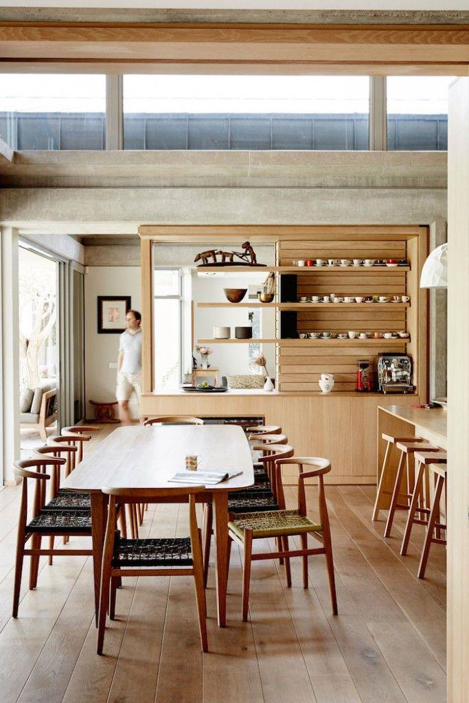 Un plancher de bois qui apporte beaucoup de chaleur à cette salle à manger