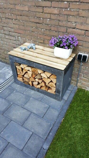 Bankje van betonnen U elementen en brandhout