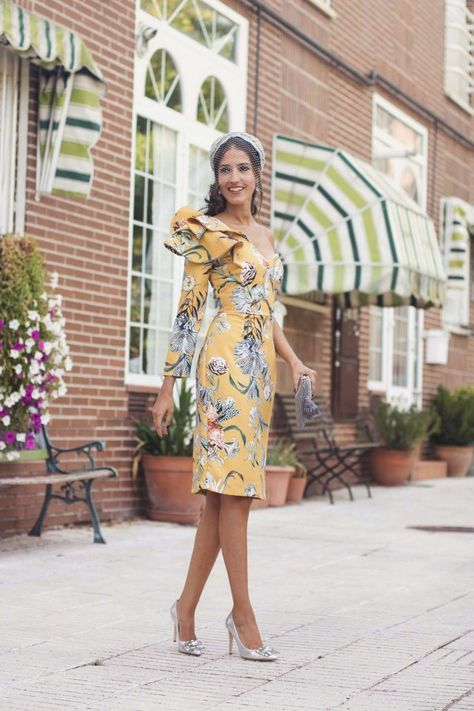 7652300d3 Invitada boda de mañana vestido asimétrico estampado amarillo turbante