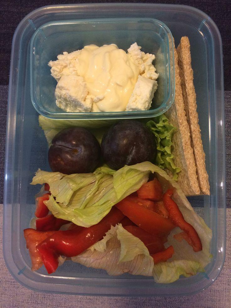 ser kozi z kapką majonezu, liście sałaty, pomidor, papryka, śliwki, pieczywo chrupkie 😋🍴🍱