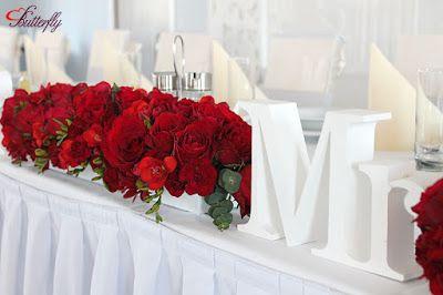dekoracja ślubna z czerwonych róż