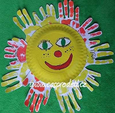 Sluníčko - obtisky dlaní dětí okolo papírového talíře :: Nechte se inspirovat! Tvoření a zábava pro děti.