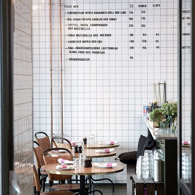 Prachtig cafe in Huskvarna in Zweden. Helemaal betegeld vanaf vloer tot het plafond met koperen pijpen.  Beautiful cafe in Huskvarna - Sweden. Fully tiled floor to ceiling with copper piping!  ______________________________________________  #tegels #cafe #tegelzetten #design #kitchen #bovatin #espeq #dutch #holland #sweden #zweden #tiles #shower #style #art #tileaddiction #tilesetter #pattern #instagood #archidaily #interior #architecture #living #feelgood by kracht_in_ambacht
