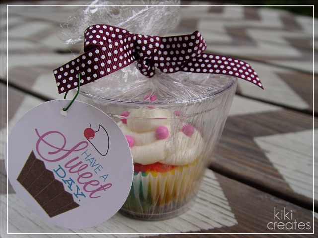 Cupcake Packaging Idea with downloadable tagCupcakes Packaging, Gift Ideas, Cupcakes Design, Cupcake Designs, Wrapping Ideas, Rainbows Cupcakes, Rainbow Cupcakes, Cupcakes Holders, Cupcakes Gift