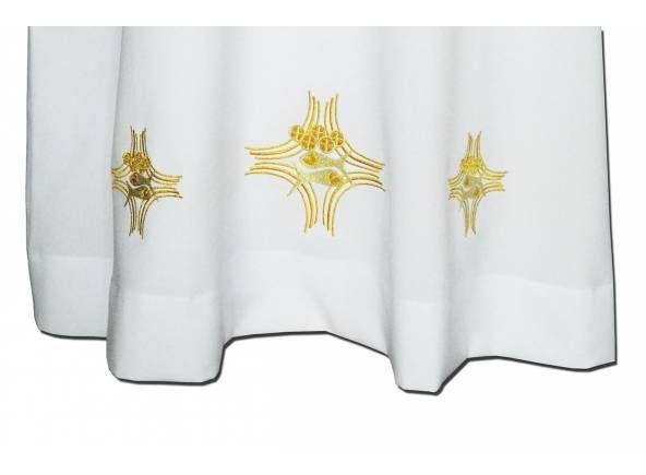 Alba litúrgica de color blanco fabricada en poliéster con bordados de hilo dorado. Detalle de bardados del alba / White liturgical alb in polyester with gold fishes embroidery (2/3). http://www.articulosreligiososbrabander.es/alba-blanca-de-poliester-con-bordados.html #AlbaLiturgica #Ornamento Liturgical ornament is worn under the #chasuble. This #alb presents a practical zipper. The sleeves very are comfortable. The fabric used on this religious ornament is polyester. #MassVestments #Mass
