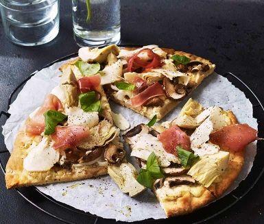 Pizza Bianca är en spännande variant av den klassiska pizzan med tomatsås. Den korta tiden i ugnen gör pizzan till en räddare i nöden utan att göra avkall på de goda smakerna. Om du har extra bråttom så kan du prova att skiva champinjonerna med din äggskivare.