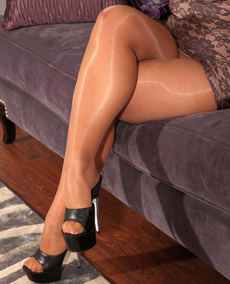 Нежные ножки фото сочных ляшек в блестящем нейлоне