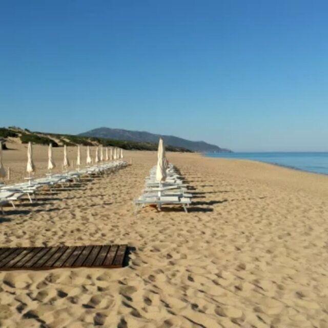 Al mattino la nostra #spiaggia regala momenti unici di #relax. #AmaLaTuaVacanza #Sardegna #LeDunePiscinas  In the morning our #beach offers unique relaxing moments. #LoveYourHoliday #Sardinia #LeDunePiscinas  www.ledunepiscinas.com